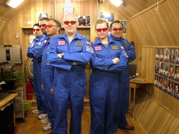 Sau một năm sống cô lập trong khoang thí nghiệm giả lập hành trình 500 ngày tới sao Hỏa Mars500, 6 phi hành ra đã lầ đầu tiên xuất hiện trong một bức ảnh do ESA công bố.