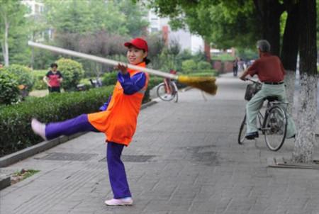 Nữ lao công bỗng nổi tiếng nhờ…múa chổi