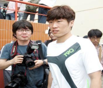 Park Ji Sung thi đấu giữa trưa nắng với cầu thủ nhí Việt Nam