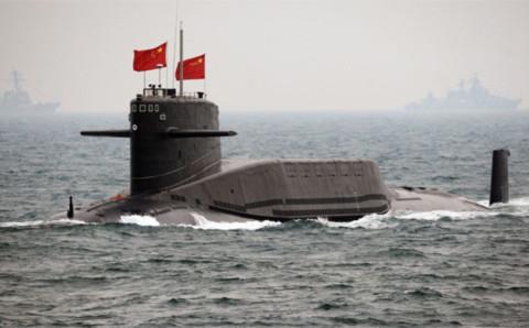 Một tàu ngầm của Trung Quốc gần căn cứ tàu ngầm ở đảo Hải Nam. Vị trí của căn cứ tàu ngầm này cho phép các chiến hạm Trung Quốc nhanh chóng triển khai - trong vòng 20 phút - ra Biển Đông, nơi có các tuyến đường hàng hải bận rộn hạng nhất thế giới và là vùng biển rất giàu tài nguyên. Ảnh: FP.