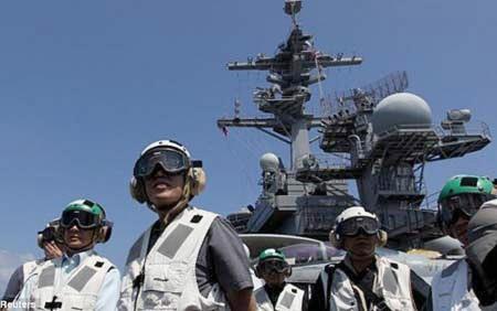 Giới chức Philippines lên thăm tàu sân bay Mỹ USS Carl Vinson ghé thăm Manila hồi tháng trước. Ảnh: AP.
