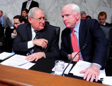 Nghị sĩ Carl Levin (trái) và nghị sĩ John McCain. Ảnh: UPI