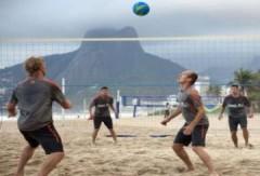 Sao Hà Lan dùng chân chơi bóng chuyền bãi biển
