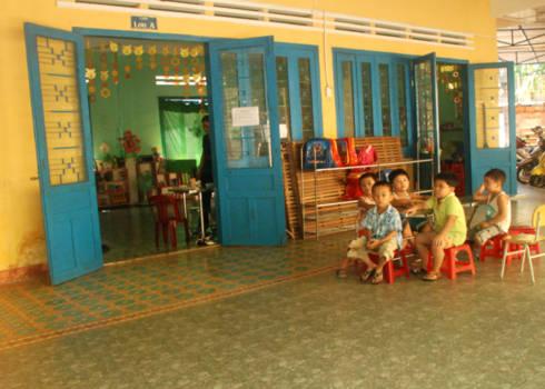 Lớp học trường mầm non thành phố Quảng Ngãi vắng vẻ vì nhiều bé nghỉ học tránh lây bệnh tay chân miệng. Ảnh: Trí Tín