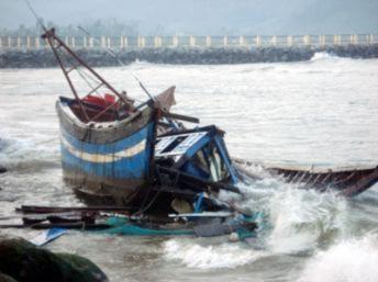 Tàu cá ngư dân Quảng Bình bị đâm chìm