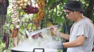 Thái Hòa trổ tài đổ bánh xèo