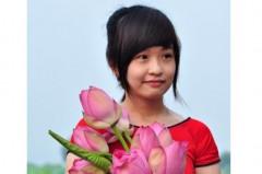 Thiếu nữ Hà Thành e ấp bên hoa sen