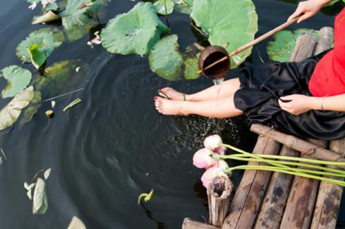 Thiếu nữ Hà Thành mặc áo yếm e ấp bên sen