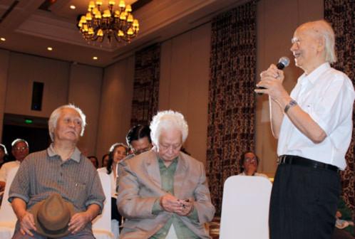 Từ trái qua, nhạc sĩ Nguyễn Văn Tý, nhạc sĩ Phạm Duy và dịch giả Hoàng Hữu Đản tại buổi gặp gỡ.