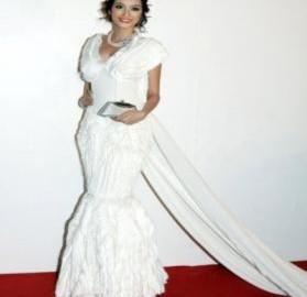 Trúc Diễm mặc váy đuôi dài 10 m