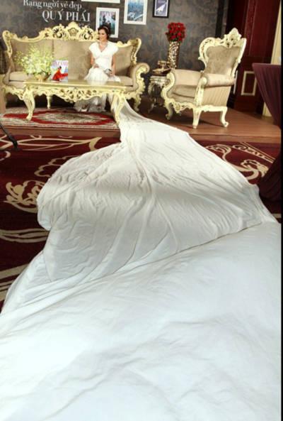 Chiếc váy dài 10 m, người đẹp đã chịu khó tạo dáng cho các nhiếp ảnh sáng tạo