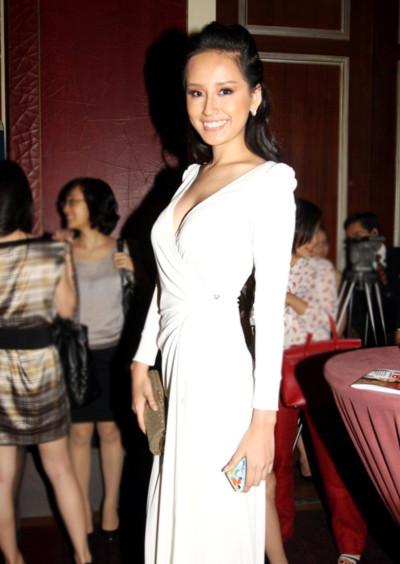 Màu trắng là màu mà Mai Phương Thúy luôn ưu tiên khi xuất hiện tại các buổi tiệc