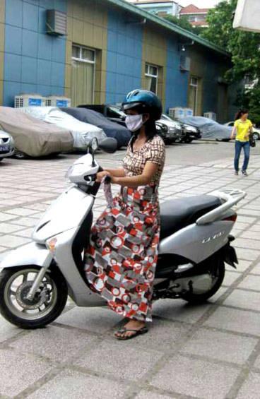 Sản phẩm váy chống nắng có giá 80.000-150.000 đồng được nhiều chị em yêu thích. Ảnh: lamchame