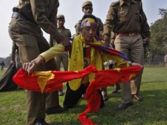 Một người Tây Tạng xé cờ Trung Quốc để phản đối, khi bị cảnh sát câu lưu trong một cuộc biểu tình phản kháng trước sứ quán Trung Quốc, New Delhi, 11/02/2013.