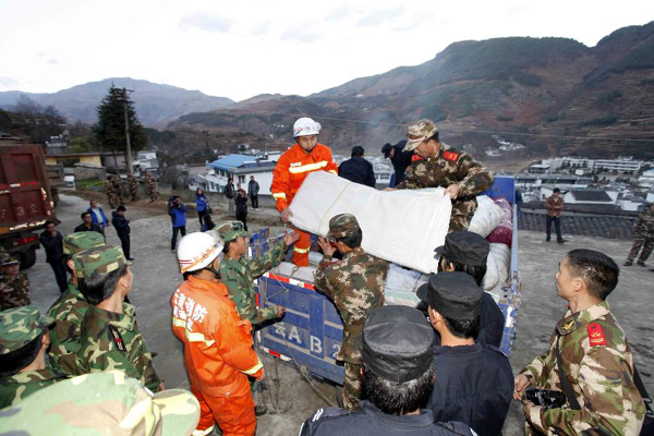 Cứu hộ sau  động đất ở Vân Nam.