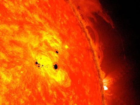 Những vết đen nhỏ mở rộng rất nhanh vào ngày 19 và 20/2, tạo nên một vùng đen khổng lồ. Ảnh: NASA.