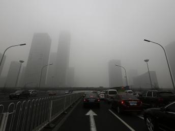 Khói mù tràn phủ xa lộ Bắc Kinh : tầm nhìn của người lái xe bị giới hạn trong 50 thước (REUTERS /Jason Lee)