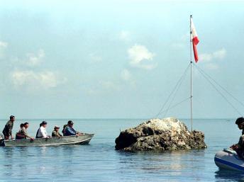 Bãi cạn Scarborough, nơi tranh chấp chủ quyền giữa Philippines và Trung Quốc. Trong ảnh, các nghị sĩ Philippines ra thăm bãi đá ngầm, ảnh chụp ngày 17/05/1997. Reuters
