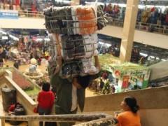 Cảnh chợ Đồng Xuân tại Hà Nội 21/12/2012 (REUTERS)