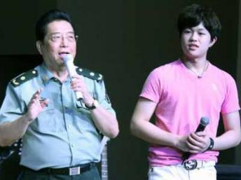 Lý Thiên Nhất (phải), con trai của tướng Trung Quốc Lý Song Giang. DR