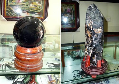 Khối đá thạch anh đen đã qua sơ chế này nặng hơn 3kg (ảnh trái) và khối đá chưa qua sơ chế này khoảng 5kg nhưng chỉ có giá 4 triệu (ảnh phải) đều có nguồn gốc từ Nghệ An.