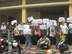 Một vụ khiếu kiện đất đai diễn ra tại trụ sở tiếp dân của Đảng ở số 1 Ngô Thì Nhậm, Quận Hà Đông, Hà Nội.
