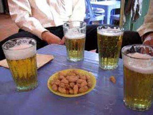 Lạc luộc là món ăn khoái khẩu của dân nhậu tại các quán bia hơi.