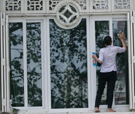 Công việc lau chùi, dọn nhà cửa cũng được không ít bạn trẻ lựa chọn.