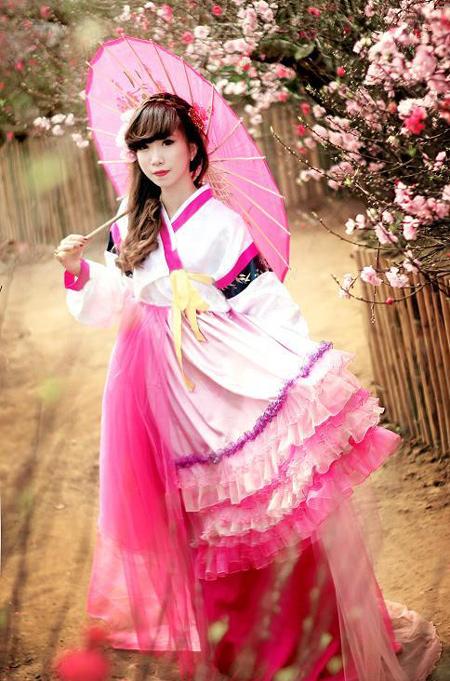 Đích thân cô chủ Khánh Chi trong trang phục của cửa hàng mình.