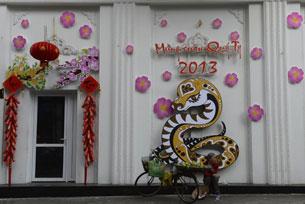 Trang trí mặt tiền nhà đón năm mới Quý Tỵ tại Hà Nội