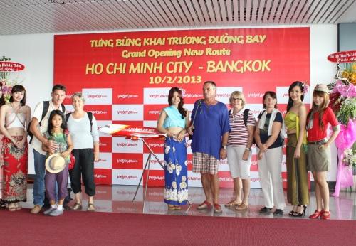 Các thiếu nữ Thái Lan chào đón khách trên chuyến bay quốc tế đầu tiên của VietjetAir