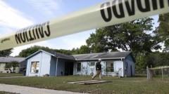 Ngôi nhà ở Tampa, bang Florida, Mỹ nằm trọn trên hố tử thần, làm một người đàn ông mất tích. Miệng hố chỉ có thể được nhìn thấy từ bên trong nhà. Ảnh: Sky News