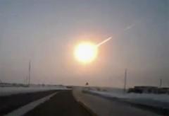 Cảnh tượng thiên thạch bốc cháy trong khí quyển tại Nga hôm 15/2 trong một video của người dân. Ảnh: AP.