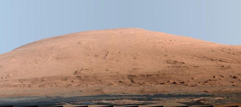 Ngọn núi Aeolis Mons cao gần 5.486m trên sao Hỏa.