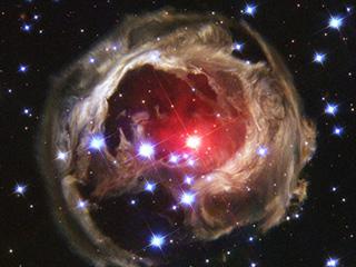 """Hình ảnh """"dội sáng"""" của sao V838 cách đây hơn 10 năm – Ảnh: NASA"""
