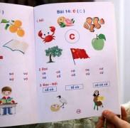 Trang sách dạy các em học chữ C (trong cuốn Bé làm quen với chữ cái) có in lá cờ của Trung Quốc - Ảnh: Tuấn Phùng