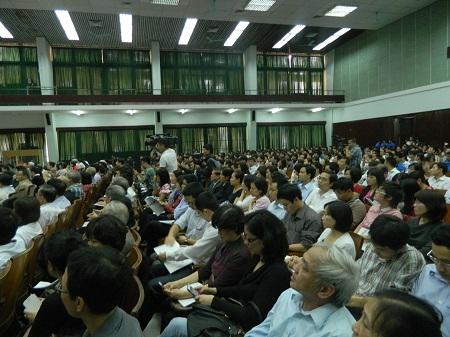 Đông đảo sinh viên và giảng viên đã có cuộc giao lưu thú vị với GS Ngô Bảo Châu.
