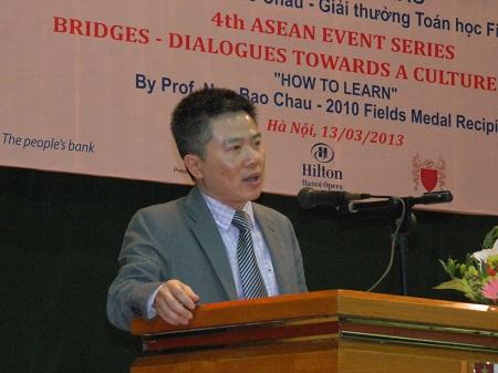 GS Ngô Bảo Châu trả lời thấu đáo các câu hỏi của sinh viên, giảng viên.