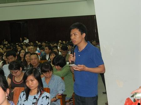 ...mà cả cán bộ nghiên cứu trẻ cũng hào hứng đặt câu hỏi giao lưu với GS Ngô Bảo Châu.