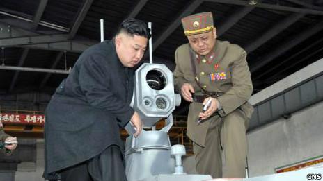 Ông Kim Jong-un thị sát pháo binh trong cuộc tập trận ở Tây Bắc Hàn hôm 25/03