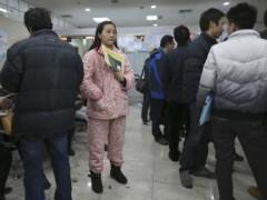 Một phụ nữ đến nộp giấy ly dị tại sở thuế Thượng Hải 05/03/2013 (REUTERS /Stringer)