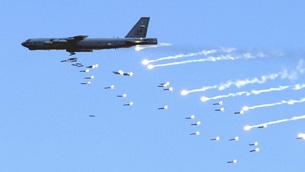 Pháo đài bay B-52 biểu diễn hỏa lực en-wikinews photo