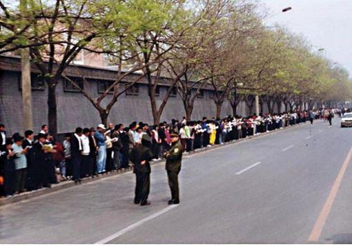 Các học viên Pháp Luân Công tập trung xung quanh Trung Nam Hải để thỉnh nguyện một cách yên lặng và ôn hòa để được đối xử công bằng hôm 25 tháng 4 năm 1999. (Ảnh của Clearwisdom.net)