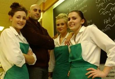 Anh Louise và các nhân viên trong tiệm bánh đều run rẩy khi nghĩ tới hồn ma bé gái.