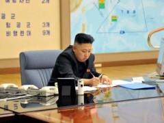 Kim Jong-Un trong phòng chỉ huy tác chiến khẩn cấp. Ảnh do KCNA phổ biến hôm 29/3/2013 cùng với chiến dịch tuyên truyền đe dọa chiến tranh của Bình Nhưỡng. Reuters