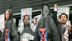 Nam người biểu tình Nam Triều Tiên trưng hình nộm của lãnh đạo Bắc Triều Tiên Kim Jong Un và cha, cố lãnh đạo Kim Jong Il (phải) cùng ông nội Kim Il Sung tại một cuộc biểu tình chống Bắc Triều Tiên tại Seoul, ngày 15/4/2013.