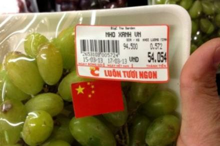 Tại sạp bán nho của siêu thị Big C the Garden (Mỹ Đình, HN), khách hàng đã phát hiện những hộp nho bên ngoài niêm yết giá có dòng chữ ghi Made in Vietnam, nhưng bên trong lại dán cờ… Trung Quốc.