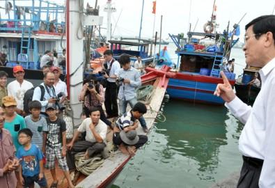 Chủ tịch nước Trương Tấn Sang nói chuyện với ngư dân xã Tam Quang, huyện Núi Thành, Quảng Nam chiều 14-4 - Ảnh: Tấn Vũ