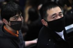 """Người dân đeo khẩu trang để bảo vệ bản thân khỏi dịch cúm gia cầm tại hệ thống ngầm Metro,Thượng Hải ngày 9/4/2013. Chính quyền đang đàn áp những người mà họ cho là """"lan truyền tin đồn"""" về việc lây truyền của bệnh cúm. (Peter Parks/AFP/Getty Images)"""