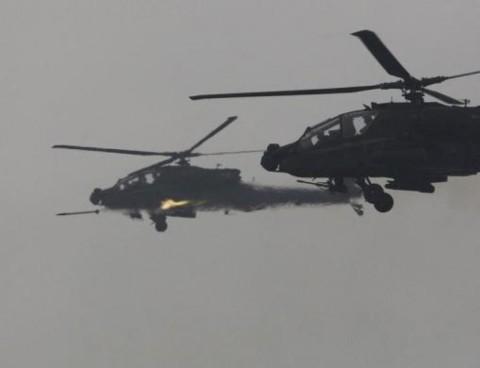 Các máy bay trực thăng AH-64 Apache của quân đội Mỹ tham gia tập trận bắn đạn thật tại Hàn Quốc năm 2012.